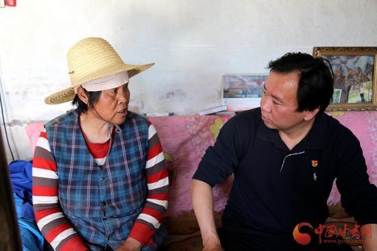 高银通过走访,了解村民的身体健康状况。