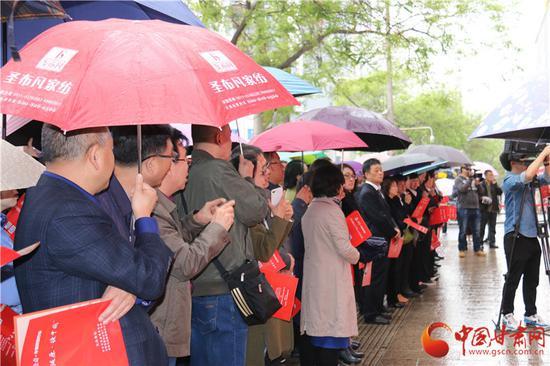 众多市民撑着雨伞自发参与到此次活动中