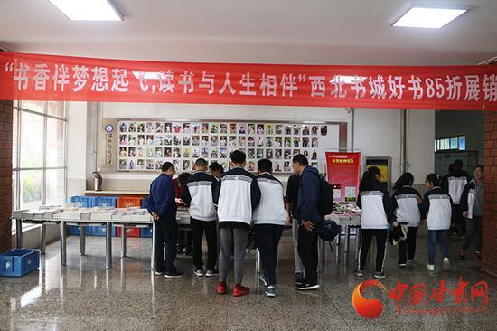 活动展销场地学生挑选图书