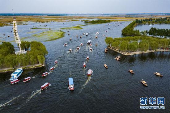 4月30日,游人乘坐游船欣赏白洋淀的美景(无人机拍摄)