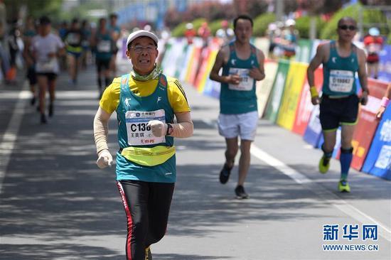 图为6月10日,王美琪在马拉松比赛中。 新华社记者陈斌摄