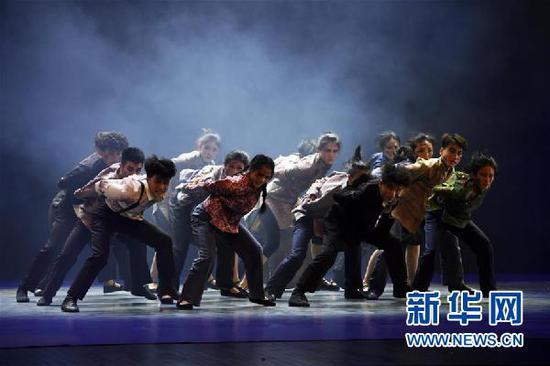12月18日,在兰州音乐厅,兰州文理学院演员表演舞蹈《那年·那天》。 新华社记者 范培珅 摄