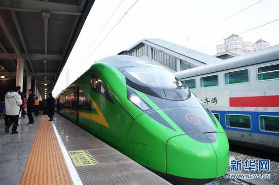 """1月8日,兰州至重庆北的D754次""""复兴号""""动车组列车准备从兰州火车站首发。新华社记者 陈斌 摄"""