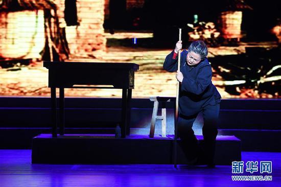 """1月15日,在兰州黄河剧院,演员表演新编秦腔现代剧《禹河春》第四场""""筹划""""。"""