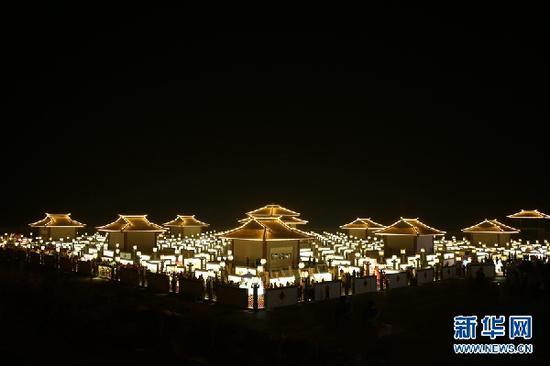 """张掖市甘州区碱滩镇古城村的""""九曲黄河灯阵""""。新华网发 (成学磊 摄)"""