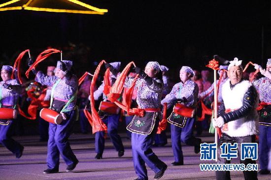 2月12日,当地村民表演起陇原社火。(童张伟 摄)