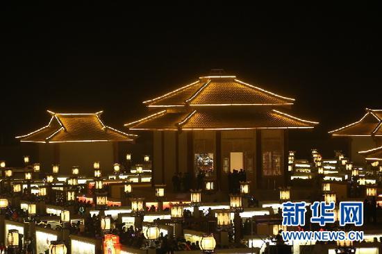 2月12日,游人在张掖市甘州区碱滩镇古城村九曲黄河灯阵游览。(童张伟 摄)