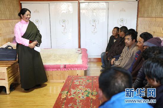 旦正草在给藏族群众宣讲两会精神(3月20日摄)。 新华社记者 郭刚摄