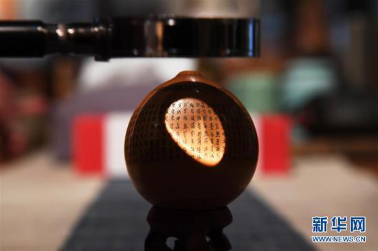这是4月1日在兰州刻葫芦传习所拍摄的甘肃省工艺美术大师阮琳雕刻的葫芦作品《心经》局部。 新华社记者 范培珅 摄