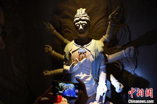 图为此次复原出的有佛头的佛像。