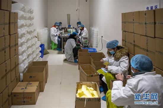 在西藏拉萨一家企业,复工后的生产车间里,工人在有序工作(2月17日摄)。 新华社记者 孙非 摄