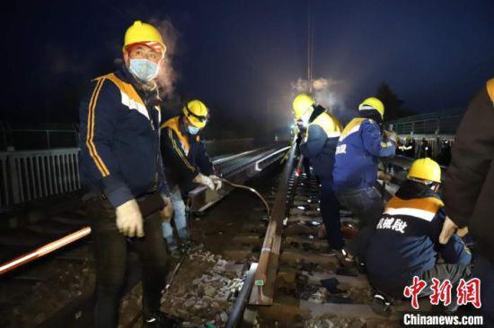 图为2月24日凌晨,陇海线换铺无缝线路施工现场。 王守宁 摄