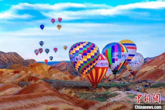 甘肃张掖七彩丹霞热气球节。(资料图)张掖丹霞大景区管委会供图