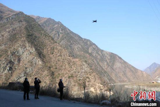 图为甘肃陇南市文县用无人机巡察粮油作物面积。 王小勇 摄