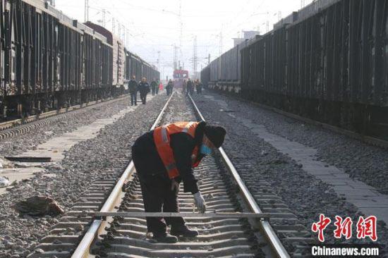 兰州北线路车间职工检查中机捣固施工作业后的线路几何尺寸。 王光辉 摄