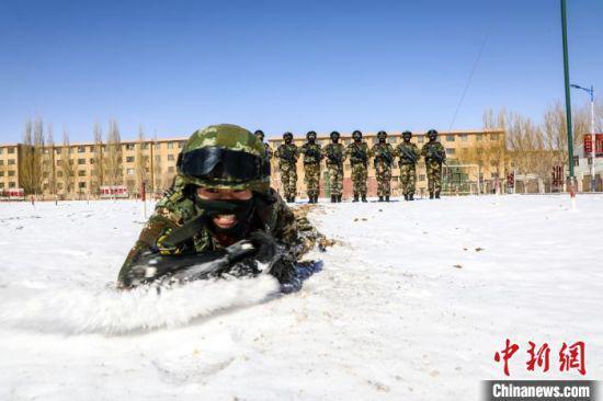 雪地战术训练。 曹志刚 摄