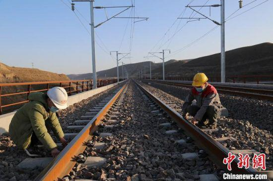 银西高铁环县山城段铺轨、架线已完成。 李文 摄