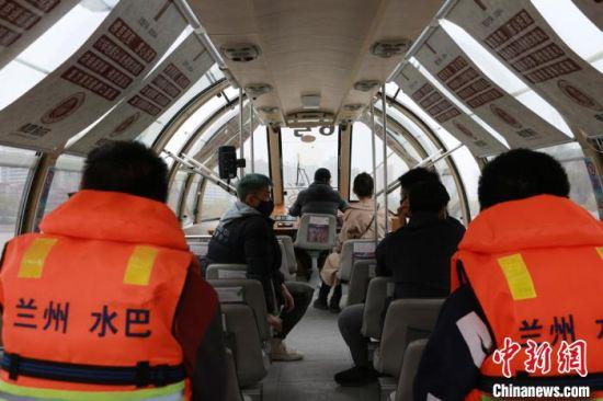 图为民众乘船游黄河。 张婧 摄