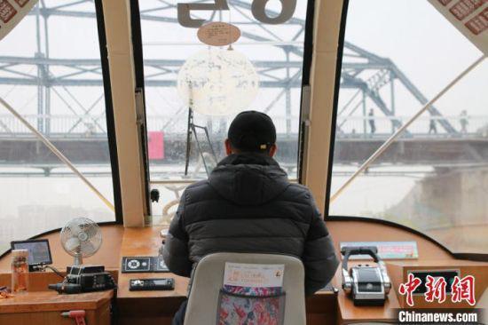 """图为水上巴士即将从""""百年铁桥""""下横穿而过。 张婧 摄"""