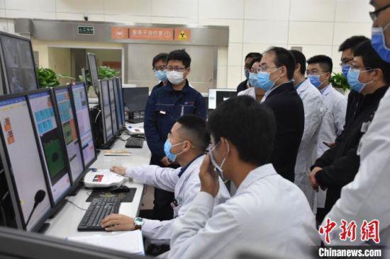 3月下旬,首批5位患者走进武威重离子中心接受治疗。 武威市委宣传部供图