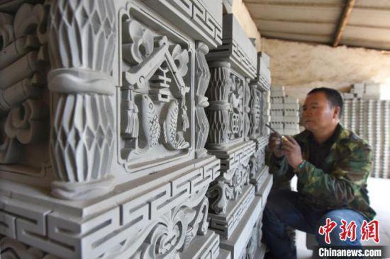 春暖花开,甘肃省天水市武山县城关镇红沟村党金红的砖雕作坊复工。 李旺旺 摄