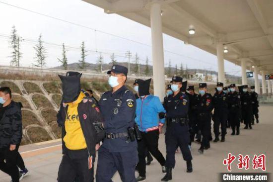 4月13日,甘谷县警方将8名犯罪嫌疑人押解回天水市甘谷县。 马彦龙 摄