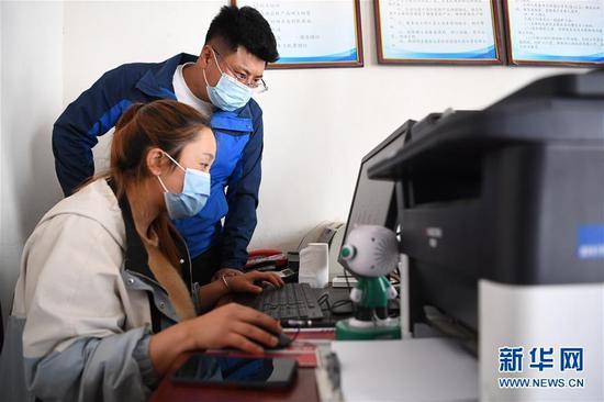 王磊(后)和同伴查看电商平台销售情况(4月23日摄)。 新华社记者 陈斌 摄