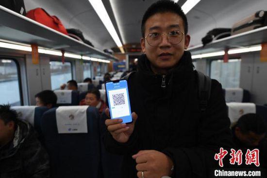 旅客展示12306手机APP生成的动态二维码电子车票。(资料图) 杨艳敏 摄