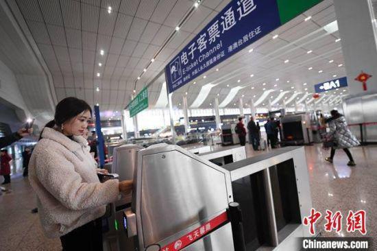 旅客持身份证通过兰州西站电子客票通道进站乘车。(资料图) 杨艳敏 摄