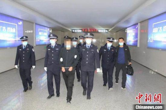 4月23日,张掖市甘州警方押解潜逃23年命案逃犯张某回张掖市。甘肃警方供图