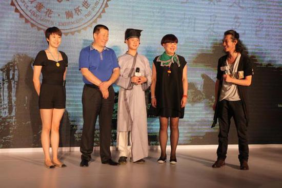 导演田七与辛建国全家在北京新闻发布会上