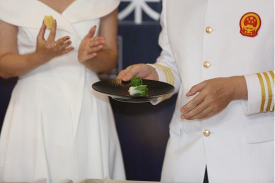 """国际面点大师赵会连选用东方粮油的小米开发制作出的""""白菜""""形状创意菜品"""