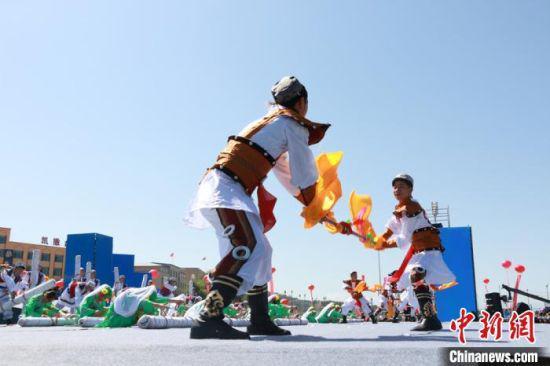8月26日,甘肃省临夏回族自治州东乡族自治县迎来建县70周年庆祝活动。图为《追梦东乡》民族文艺演出。
