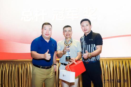 图:燕之屋执行董事兼总裁李有泉先生为赛事总杆冠军颁奖