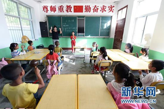 """9月3日,在秦安县陇城教育园区赵山教学点,""""走教""""老师王昕给学生上音乐课。"""