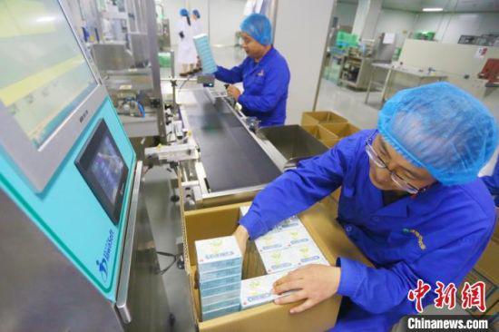 甘肃陇神戎发药业股份有限公司工作人员正在生产车间里包装药品。