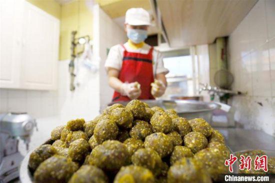 9月下旬,中秋节来临之前,马荣林手工月饼坊后厨已经拌好月饼馅。