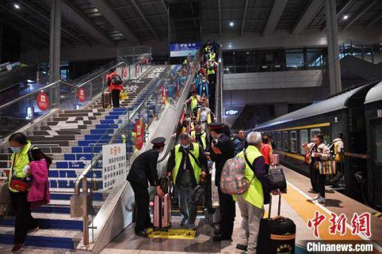 资料图:游客乘火车出行。