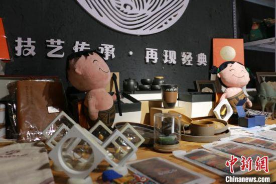 图为临洮县马家窑文创产品展示。 张婧 摄