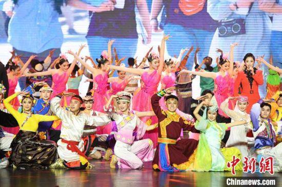 """10月15日晚,以""""石榴花开""""为主题的庆祝西北民族大学建校70周年教学成果展示艺术盛宴在兰州上演。 杨艳敏 摄"""