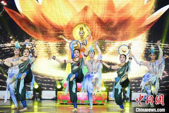 图为西北民族大学学生表演敦煌舞。 杨艳敏 摄