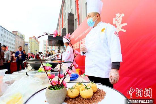 """10月18日,中国庆阳宁县""""人类第四个苹果""""品牌发布暨产销对接会开幕。图为厨师制作的苹果宴菜品。 高展 摄"""