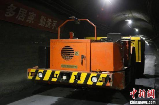 """10月中旬,在甘肃金昌市的金川集团二矿区,""""5G无人运矿车""""在井下1000米的位置进行常态化作业。该矿区目前是基于5G通讯网络实现井下25吨矿运卡车远程遥控的试点矿山。 崔一博 摄"""