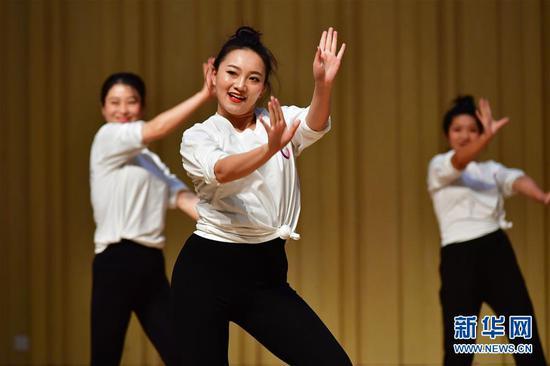 10月29日,舞蹈教师在结业展示上表演。新华社记者 陈斌 摄