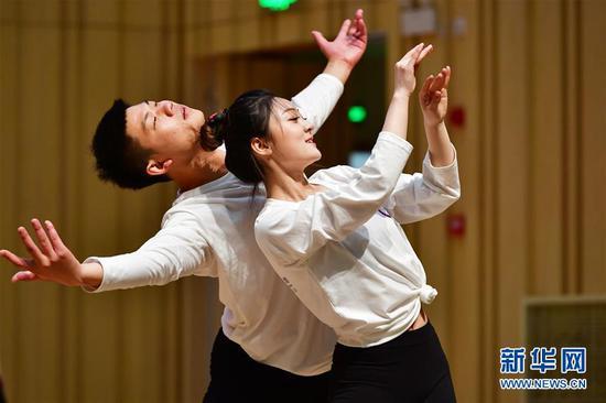 10月29日,舞蹈教师在结业展示上表演。 新华社记者 陈斌 摄