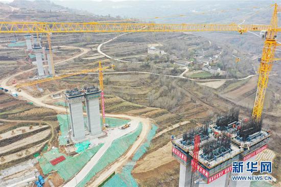 这是临大高速公路杨家岭大桥建设现场(11月4日摄,无人机照片)。新华社发(史有东 摄)