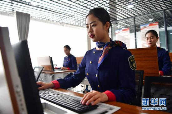 高铁乘务人员在银川客运段进行培训,迎接银西高铁开通(12月11日摄)。新华社记者 陈斌 摄