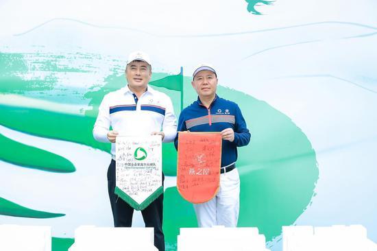 图 | 中国企业家高尔夫球队队长王均豪(右)与燕之屋高尔夫球队队长牛雷交换队旗