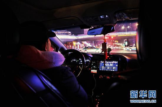 1月7日,兰州市一位网约车司机正在深夜工作。新华网(刘欣瑜 摄)