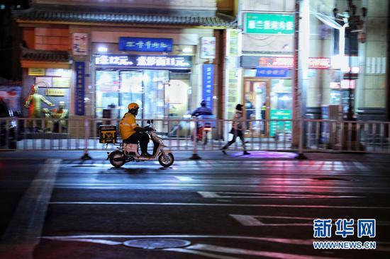 1月7日,甘肃省兰州市一位外卖小哥正在严寒中送餐。新华网(刘欣瑜 摄)